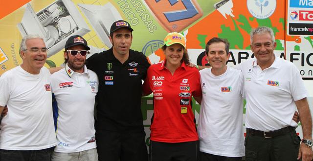 Los pilotos de KH-7 sonrientes al finalizar un buen Dakar 2013