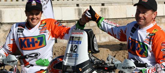 El equipo Arcarons RST KH-7 realiza en la playa de Sitges una demostración de sus pilotos Laia Sanz y Jordi Arcarons