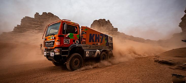 camion del equipo de KH-7 en el desierto